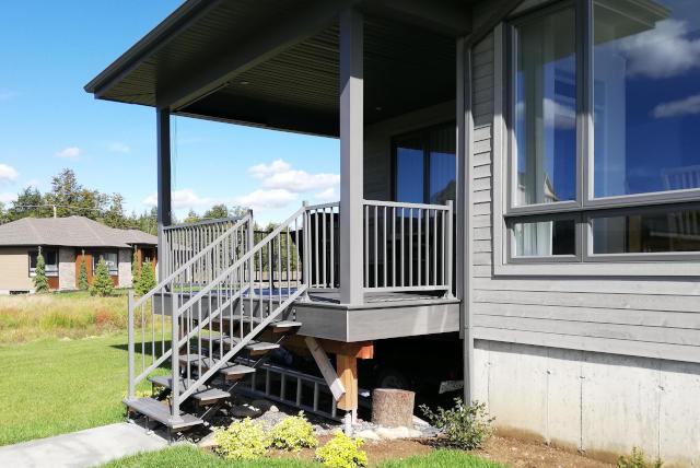 gray aluminium handrail